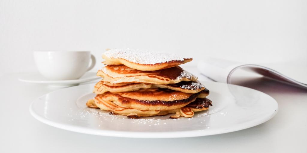 Przepis na puszyste placki z jabłkami - szybkie śniadanie w 20 minut!